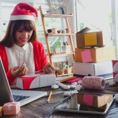 Chica con gorro de navidad iniciando un negocio.